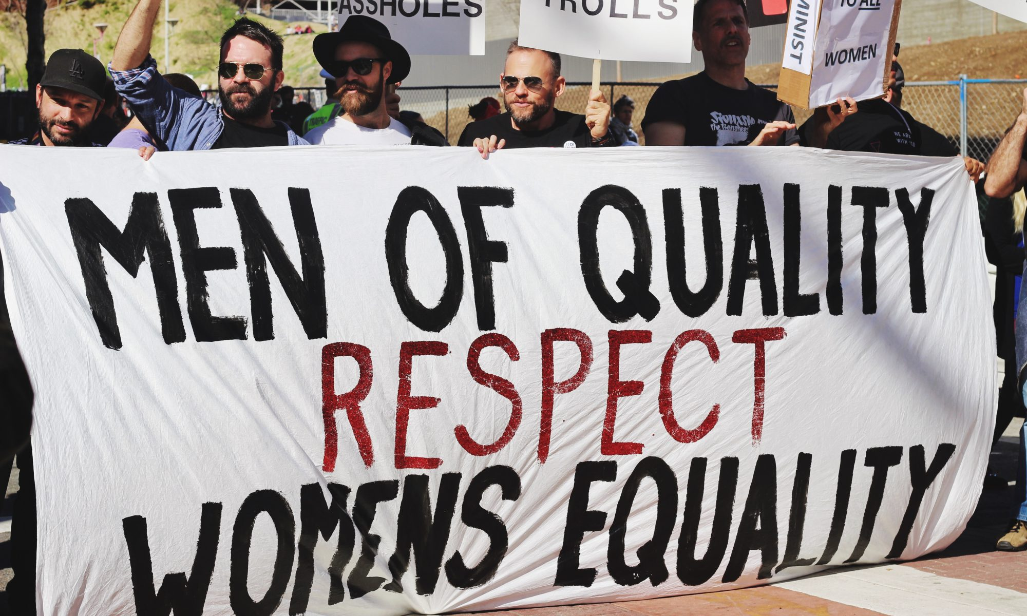 "Männer bei einer Demonstration mit dem Banner ""Men of Quality respect Womens Equality"""